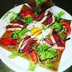 Galette au magret séché de canard, œuf, roquette, tomates fraîches, réduction de vinaigre balsam