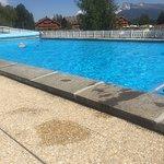 La piscine dans son ensemble - pas grande avec 1 toboggan