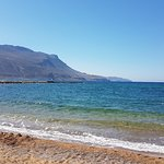 È una spiaggia sabbiosa, molto discreta,con poche persone vicino al porto di Kissamos! Buon post