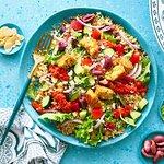 Bol méditerranéen: mesclun, quinoa, olives, poivrons, tomates, fêta, coriandre, amandes, sce poi