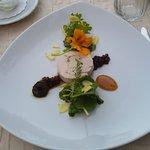 Galantine vom Stubenküken mit Preiselbeeren aus dem bayerischen Wald und Kräutersalat