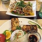 tofu grillé, volaille au saté, légumes sautés