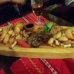 Perfecto!! Pedimos una tabla de queso y media de un platl de carnes, todo riquísimo!! Tuvimos mú