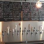 11 Taps de cervejas artesanais Portuguesas e 4 taps dedicadas as famosas cervejas Belgas e Alema