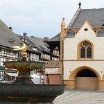 """De historische """"Marktbron"""" omgeving door prachtige bebouwing"""