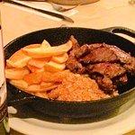 Entre Vinhos Gastrobar - Bife de chorizo com batatas coradas e farofa de torresmo