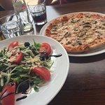 Pizza Funghi und Rucolasalat