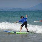 Titouan ( 9 ans ) débutant cours de surf avec Manu
