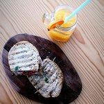 Tosta de atum com sumo de laranja