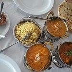 Arroz, Pollo Tika Masala, Agra especial, Nan con queso y gambas.
