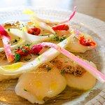 ホタテ貝のクルード タブナードソース