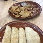 Frijoles con elote y quesadillas