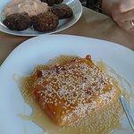 Η θεσπέσια τηγανητή φέτα σε αγουρέλαιο με μέλι και σουσάμι και οι καταπληκτικοί κολοκυθοκεφτέδες