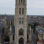 Photo de Belfry and Cloth Hall (Belfort en Lakenhalle)
