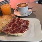 Desayuno de chapata artesanal con jamón ibérico, café y zumo de naranja