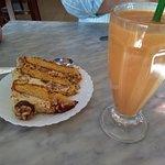 Tarta de plátano, dulce de leche, nueces y vainilla. Batido de mango y fresa.