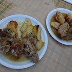 Κατσικάκι και χοιρινό στον ξυλόφουρνο