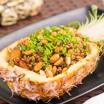 Arroz servido dentro do abacaxi do Khea Thai