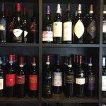 Das Restaurant bietet zahlreiche Weine aus der Region zu fairen Preisen an.