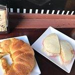 Capuchino, croissant, sandwich