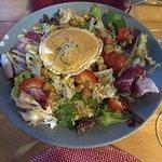 Ensalada con rulo de cabra, fresas y vinagreta de miel.