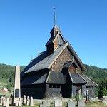 Iglesia y cementerio alrededor