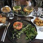 Tartare de saumon et deux verres de blanc différents