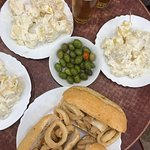 bocadillo con calamares, patatas ali oli e cervezas