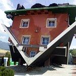 foto della casa capovolta
