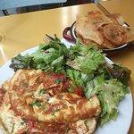 Omelette basquaise avec salade et patates .