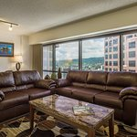 Aston at the Executive Centre Hotel - Mountain View Living Area