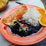 la délicieuse enchilada avec tortilla au fromage et haricots noirâtres.