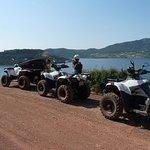 sortie quad en famille autour du lac du Salagou dans l'Hérault