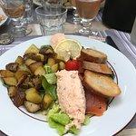 Assiette de la mer : saumon mariné, rillettes de saumon et pommes de terre sautées chaudes