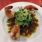 Shrimp-Tails mit Gurkenspaghetti aufTomatenpesto