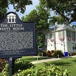 صورة فوتوغرافية لـ Little White House