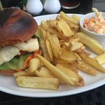 Good vegetarian selection, halloumi burger with homemade coleslaw/chips🍽🍹