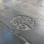 Een van de vele relief-gedenkstenen in de vloer van de Grote Kerk.