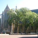 De Grote Kerk vanaf één van de terrasjes.