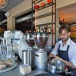 Barista maakt verse koffie