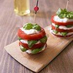 anti-pasti. Mini Caprese (tomate mozzarelle basilic)