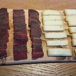 Planchette valaisanne, produit local de viande séchée et fromage du Val d'Anniviers