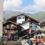 Hotel & Restaurant Weisshorn à Zermatt vu de la Place de l'Eglise