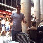 Один из обаятельных официантов ресторана Blau Marin. Барселона: