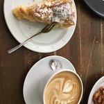 Milchkaffee mit Apfelkuchen