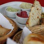 La entrada: empanadas y panes caseros con salsas varias (la rosa era de remolacha)