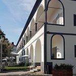 Ein zweigeschossiger Arkadengang verleiht dem historischen Gebäude sein elegantes Aussehen.