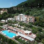 L'Hotel con la piscina, il bio-uliveto, il giardino e tutte le sue suite/camere visti dall'alto