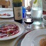 tavola con antipasti e vino