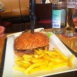 Grosser Burger mit Pommes